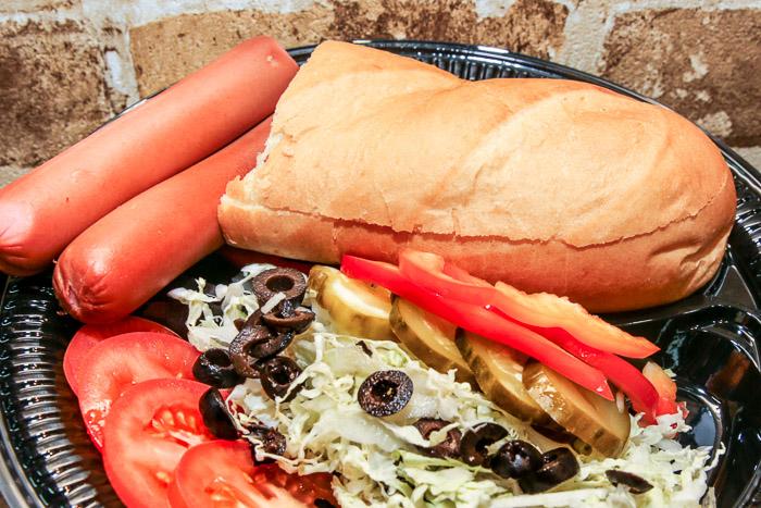 Состав, предлагаемых для поедания сэндвичей: свежеиспечённый хлеб, томаты, полукопчёные чертановские сосиски, пекинская капуста, огурцы солёные, маслины, болгарский перец сладкий. Фото: Сергей Лучезарный/Великая Эпоха