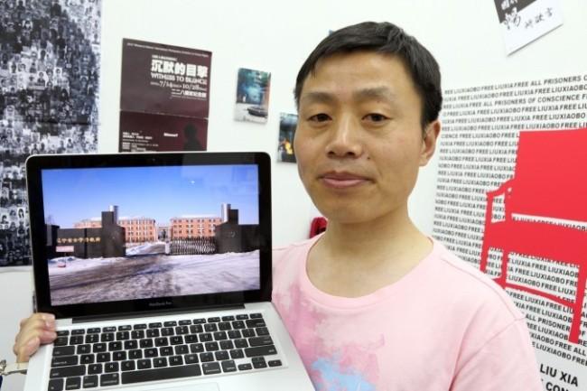 Бывший фотокорреспондент «Нью-Йорк Таймс» Ду Бинь автор книги «Вагинальная кома» — о жестоких сексуальных пытках последовательниц Фалуньгун и петиционеров, находящихся в исправительно-трудовом лагере Масаньцзя в Китае, опубликована в Гонконге. В мае 2013 года он представил в Гонконге документальный фильм «Женщины над головами призраков» о пытках в исправительно-трудовом лагере Масанцзя. В 2011 году г-н Ду опубликовал книгу «Зубная щётка» о пытках последователей Фалуньгун. Фото: Pan Zaishu/Epoch Times