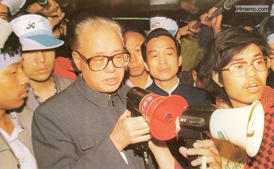 19 мая 1989 г. В четыре часа утра на площади Тяньаньмэнь вдруг появились секретарь компартии Чжао Цзыян и Вэнь Цзябао (экс премьер-министр КНР). Они вышли посмотреть, как себя чувствуют студенты, проводя длительную голодовку. В то время на Чжау Цзыяна уже начали оказывать сильное давление внутри партии. Фото с 64memo.com