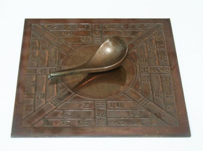 Модель китайского компаса периода династии Хань. Фото: Typo/wikipedia.org/CC BY-SA 3.0