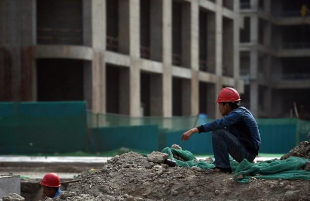 Строитель отдыхает у здания нового финансового центра в районе Юцзяпу в Тяньцзине, 14 мая 2015 г. Фото: Greg Baker/AFP/Getty Images