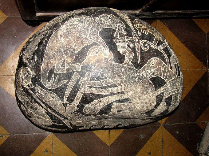 Камень с изображением битвы людей с динозаврами. Фото: wikipedia.org/CC BY-SA 3.0