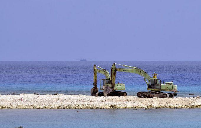 Китай активно создаёт искусственные острова на спорной территории. Фото: SAM YEH/AFP/Getty Images