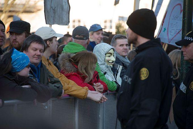 Протестующие в Рейкьявике. Фото: HALLDOR KOLBEINS/AFP/Getty Images
