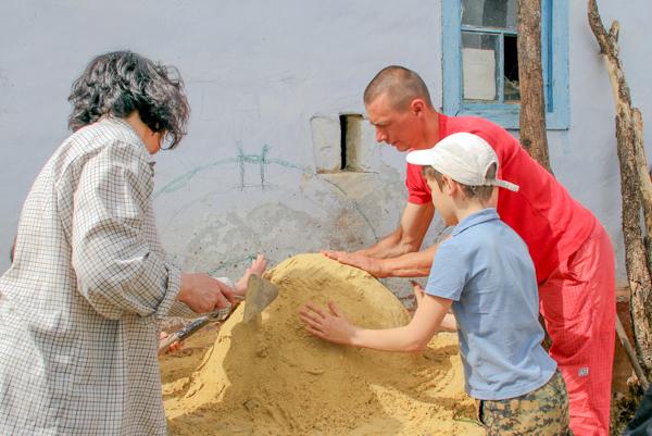 Песочный купол сложен на основании печи — полусфера — форма будущей печи. Фото: Алла Лавриненко/Великая Эпоха