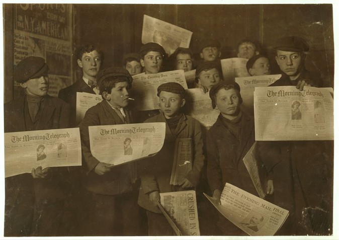 Юные разносчики газет начинают работу в 2 часа ночи. Февраль,1908 г., возле Бруклинского моста в Нью-Йорке. Фото: L.W. Hine/LOC