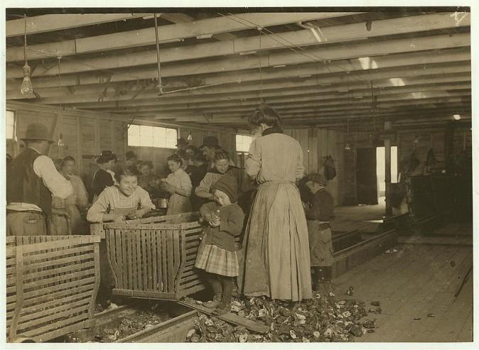 Четырёхлетняя Мэри вынимает из раковин два горшка устриц в день. Мать Мэри зарабатывает $1,50 в день, отец работает в доке. Данбар, штат Луизиана, март 1911 г. Фото: L.W. Hine/LOC