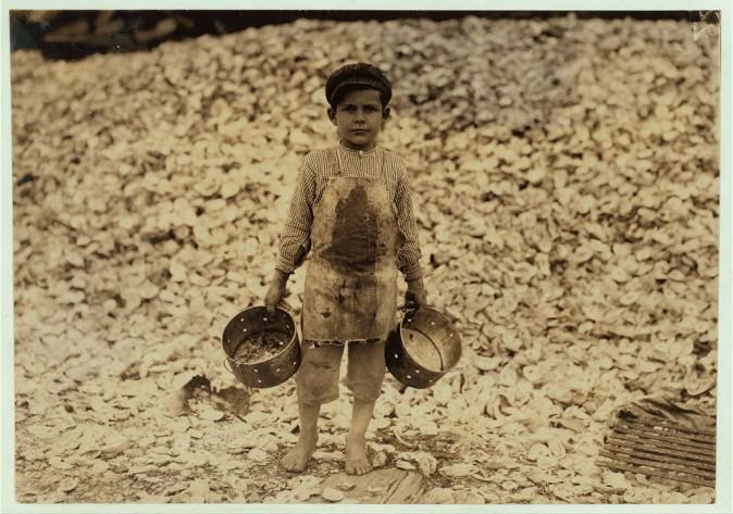 Мануэль, 5 лет, подборщик креветок, за ним гора устричных раковин. Билокси, штат Миссисипи, февраль 1911 г. Фото: L.W. Hine/LOC