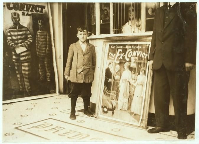 Браун Макдауэлл, 12 лет, работает в театре Princess с 10 часов утра до 10 часов вечера, едва умеет читать. Бирмингем, штат Алабама, октябрь 1914 г. Фото: L.W. Hine/LOC
