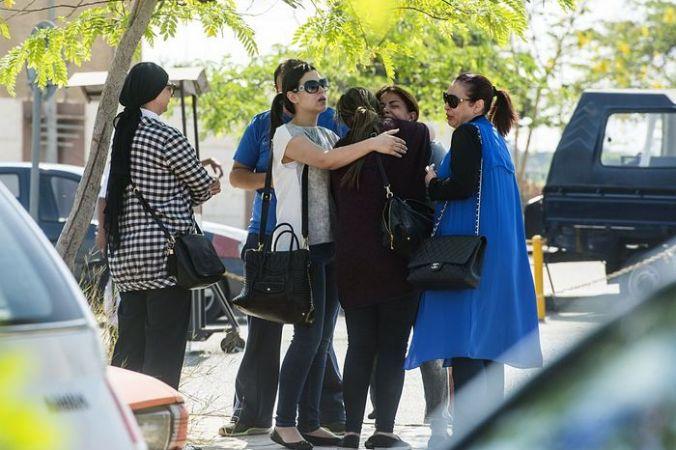 Родственники пропавшего самолёта A320 авиакомпании Egypt Air возле аэропорта в Каире