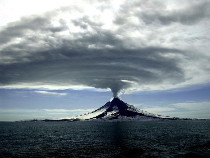 Вулканы также выбрасывают в атмосферу много углекислого газа. Фото: pixabay.com/CC0 Public Domain