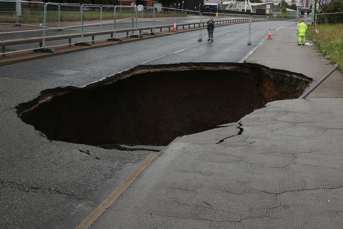 Такие провалы часто возникают в городах. Фото: Christopher Furlong/Getty Images