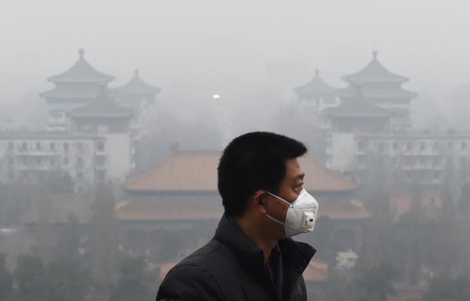 Жители Пекина надевают маски, чтобы защитить себя от вредного воздуха. Фото: GREG BAKER/AFP/Getty Images