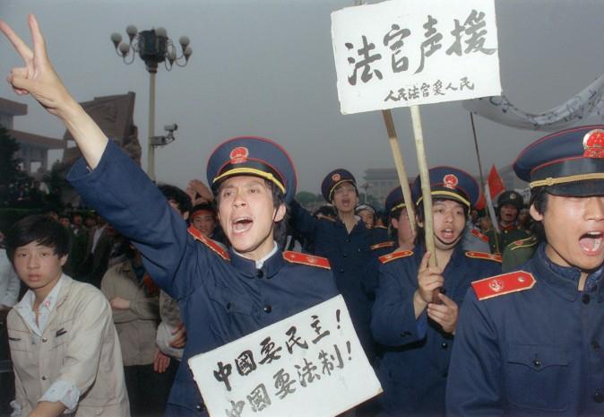 Члены пекинского магистрата в своей униформе присоединились к демонстрациям рабочих в Пекине 18 мая 1989 г. Фото: Catherine Henriette/AFP/Getty Images