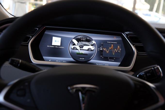 Tesla считает свои автомобили одними из самых безопасных. Об этом говорит и статистика ДТП. Фото: Justin Sullivan/Getty Images