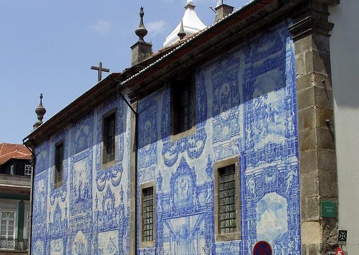 Глазурованная плитка на фасаде церкви в г. Порту, Португалия. Фото: bernswaelz/pixabay.com/CC0 Public Domain