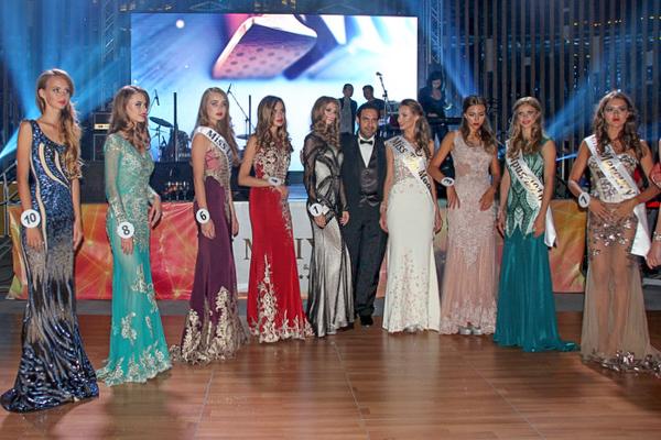 Джалал Баракат (Европа), почётный член жюри, и его модели на конкурсе красоты «Мисс Ялта 2016» в Крыму. Фото: Алла Лавриненко/Великая Эпоха