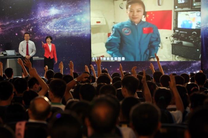 Китайская женщина-космонавт вышла на связь со школьниками из орбитального модуля «Тяньгун-1», 20 июня, 2012 год. Фото: STR/AFP/Getty Images