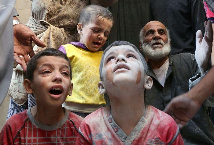 Сирийские дети плачут во время авиаударов в Алеппо, Сирия, 11 октября, 2016 год. Фото: THAER MOHAMMED/AFP/Getty Images