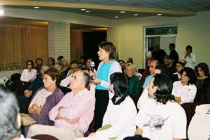Посетители задают вопросы участникам семинара. Фото: Тиква Махабад/Великая Эпоха