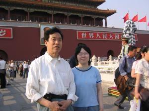 Сунь Вэньгуан (слева) и Лю Ди перед площадью Тань-Ань-Мэнь в 2005 году. Фото: Сунь Вэньгуан/Великая Эпоха