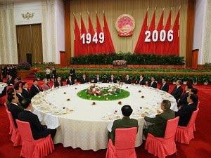 Китайские руководители на приеме в честь 57-й годовщины Китайской Народной Республики в «Большом народном зале» в Пекине 30 сентября 2006 года. Вэнь Цзябао заверил, что правящая коммунистическая партия будет бороться против коррупции и вести открытую экономическую политику по отношению ко всему миру. Фото: Andrew Wong/AFP/Getty Images