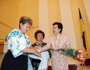 Президенту Международного совета женщин Анаме Тан вручают цветы. Фото: Владимир Бородин/Великая Эпоха