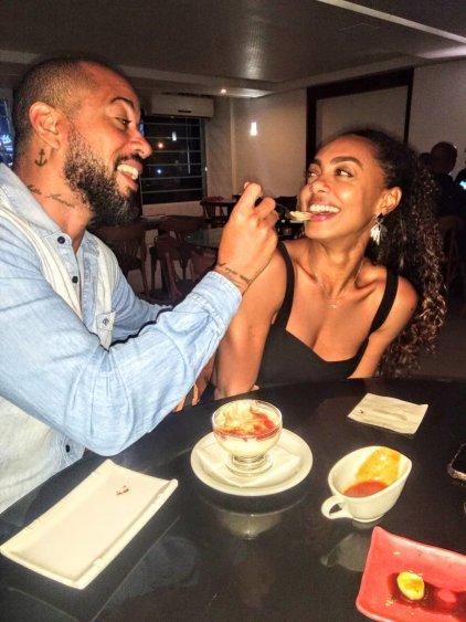 Dandara Mariana curte jantar com o namorado