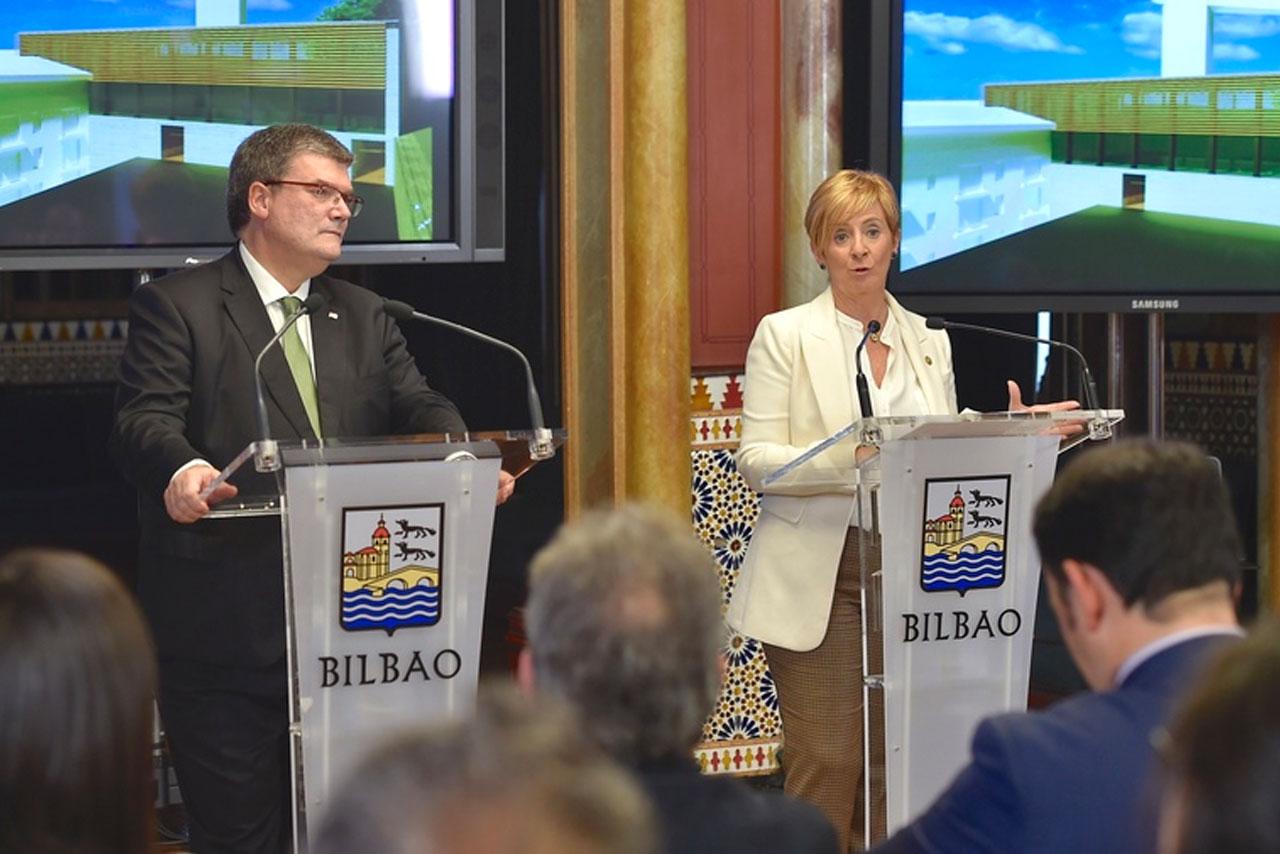 El alcalde de Bilbao, Juan Mari Aburto, y la consejera de Desarrollo Económico e Infraestructuras, Arantxa Tapia.