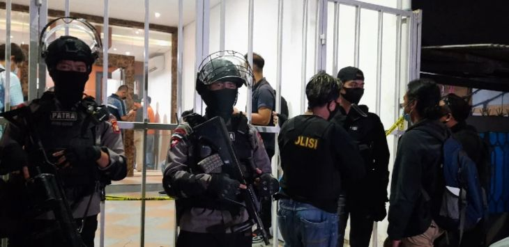 Penggeledahan bekas markas FPI di Petamburan, Selasa (27/4/2021) malam usai Munarman ditangkap. Foto JPNN