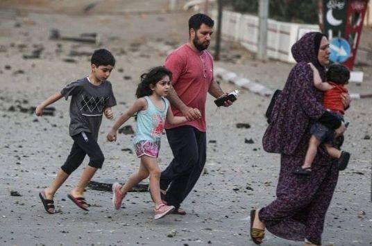 Warga Palestina berusaha menyelamatkan diri dari serangan Israel. Foto IG @farahachbabe