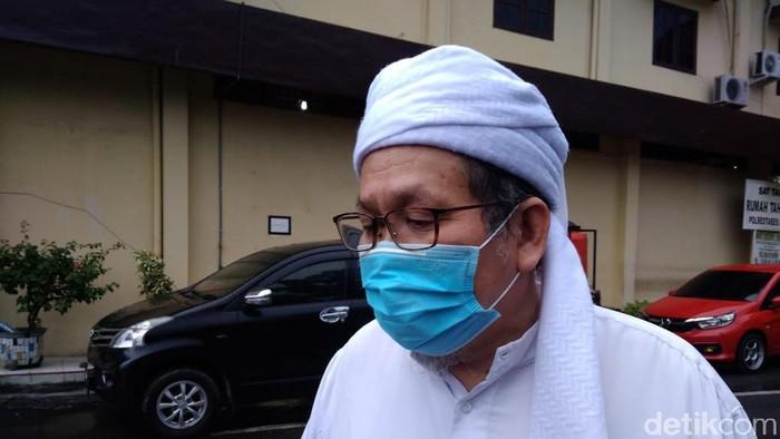 Ustaz Tengku Zul ikut datang ke Polrestabes Medan. Dia mengaku diminta mendamaikan kasus yang melibatkan FUI Sumut tersebut (Datuk Haris/detikcom)
