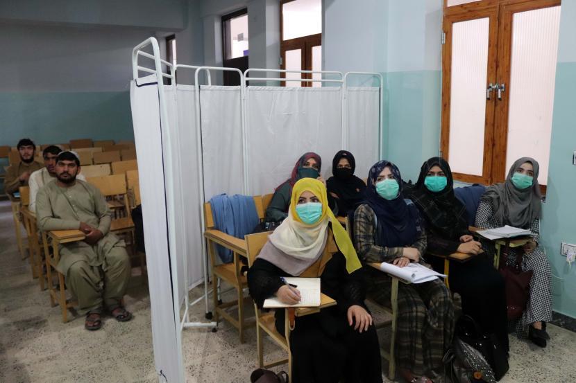 Taliban Rinci Aturan Moralitas di Afghanistan. Mahasiswa Afghanistan terlihat di Universitas Mirwais Neeka di Kandahar, Afghanistan, 20 September 2021. Taliban secara resmi mengumumkan pada 12 September pemisahan mahasiswa pria dan wanita di semua universitas negeri dan swasta di negara itu. Institusi pendidikan diharuskan memiliki gedung terpisah untuk siswa laki-laki dan perempuan, jika tidak ada, mereka akan menghadiri kelas di gedung yang sama tetapi pada waktu yang berbeda.