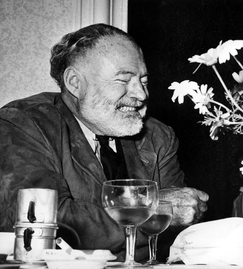 Ernest Hemingway en una extraña expresión de alegría