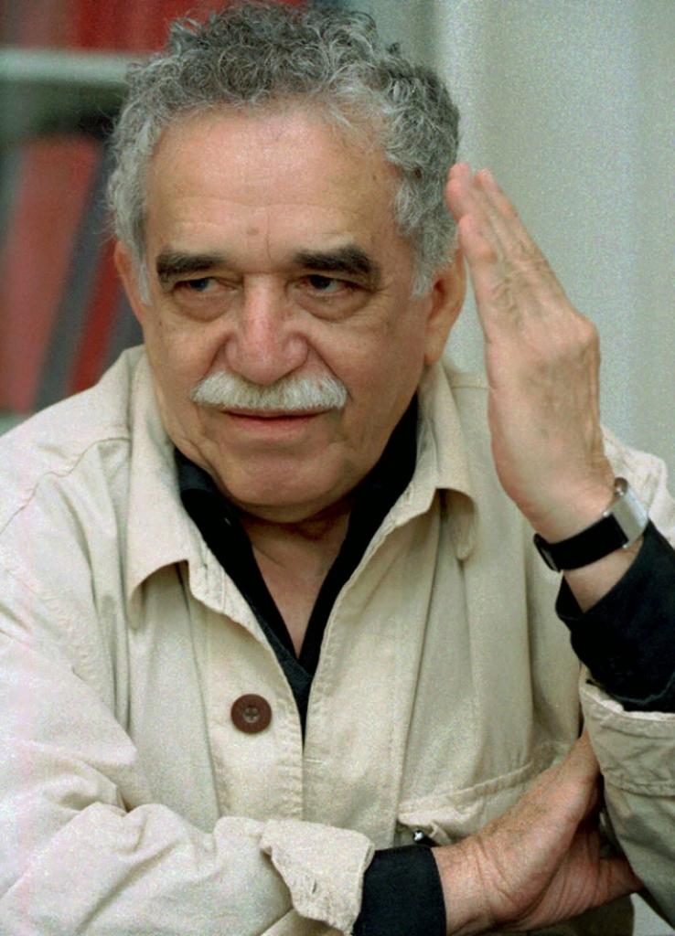 Gabriel García Márquez realizando un corte de mangas