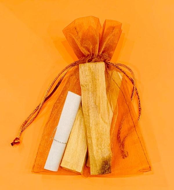 Incenso naturale in bastoncini di legno.