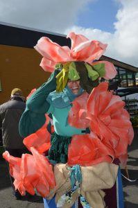 """mit dabei Marion Hinz, die das Kostüm """"Wandelnde Blumenvase"""" in mühevoller Kleinarbeit selbst """"geschneidert"""" hat."""
