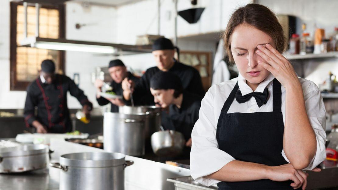 Κακοποίηση στις κουζίνες: οι Chef της Βρετανίας ζητούν να αφαιρεθούν αστέρια Michelin από γνωστά εστιατόρια