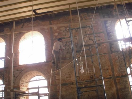 Duvarlarda derzler açılmış yeni derzleme yapılmıştır. Malzeme kaybı olan taşlar tümlenmiştir.