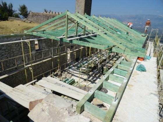 Uygulamada tüm çatı ahşap strüktür olarak yenilenmiştir. Duvarlar üst kotta ahşap hatıl ile birleştirilerek rijitliği sağlanmıştır.