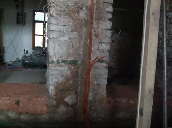 Cami içerisinde yerlerde ve duvarlarda kötü görüntüye neden olan elektrik kabloları kaldırılmıştır. Elektrik borulama işlemi yapılmıştır.
