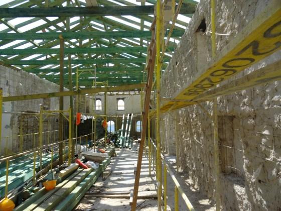 Çimento harçlı cephelerde sıva raspası yapılmış, tespit edilen malzeme kayıpları taş ile tümlenmiş, kılcal çatlaklara enjeksiyon yapılmıştır.