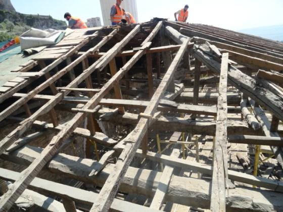 Uygulamada çatı üst katmanları kaldırıldığında çatı elemanlarının büyük bir kısmının çürüdüğü görülmüştür.