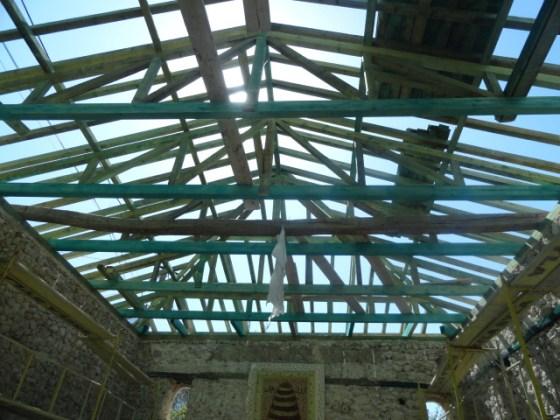 Uygulamada çatı karkası ahşap olarak tamamen yenilenmiştir. Ahşapların hepsine emprenye uygulanmıştır.