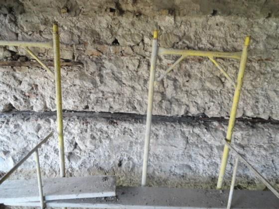 Çimento harçlı sıvalar alındıktan sonra duvarlardaki ahşap hatılların çürüdüğü tespit edilmiştir.