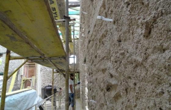 Çimento harçlı sıvaların alınmasından sonra tespit edilen kılcal çatlaklara enjeksiyon yapılmıştır.