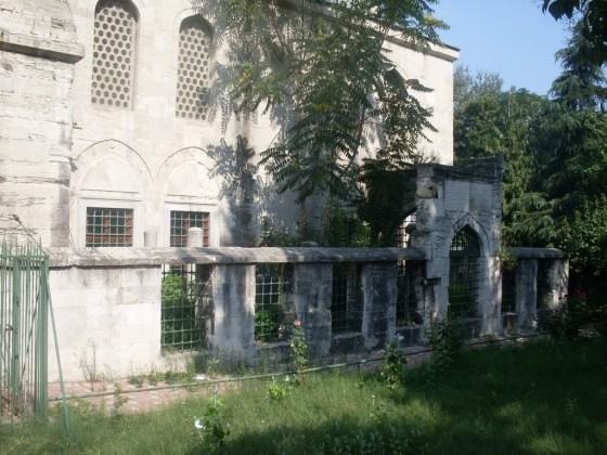 Molla Çelebi Camii batısında yer alan 19 adet mezarın bulunduğu hazire