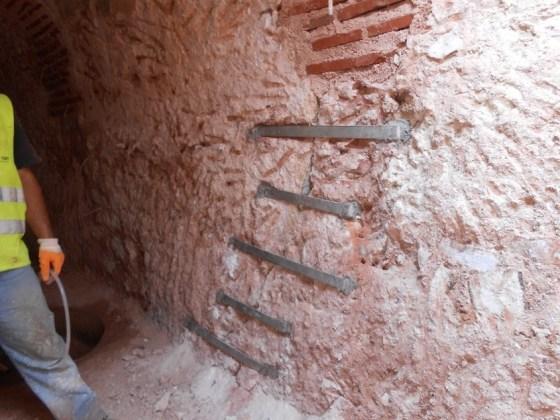 Sıcak su sarnıcı duvar çatlakları kenetli demirle dikilmesi