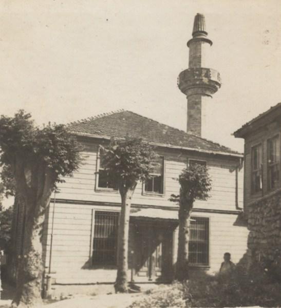 Kasap İlyas camii , son cemaat bölümünde giyotin pencereleri vardır.1945 YILI, ENCÜMEN ARŞİVİ