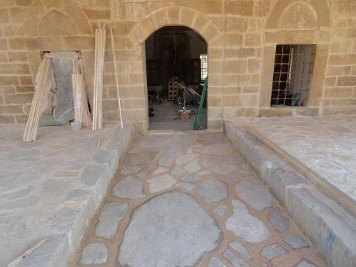 Kayrak taş düzeni ile son cemaat döşemesi yapılmıştır (fotoğraf 22)